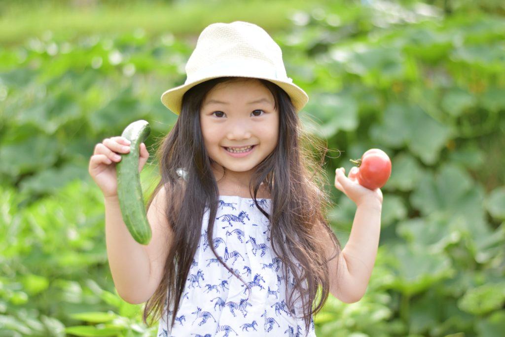 女の子と野菜
