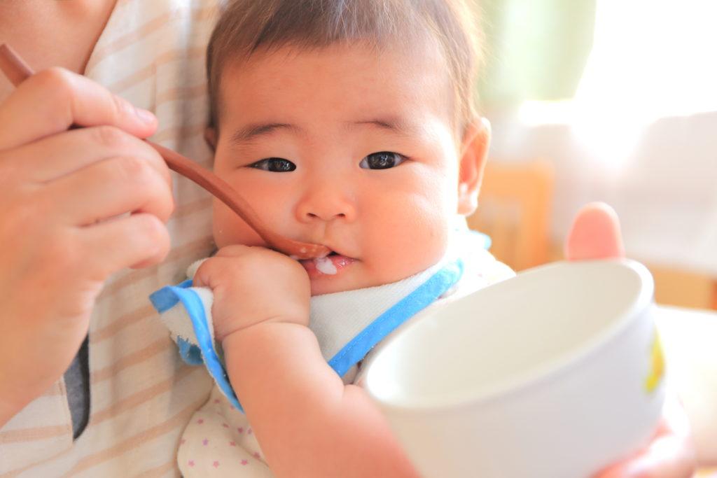 おかゆを食べる赤ちゃん