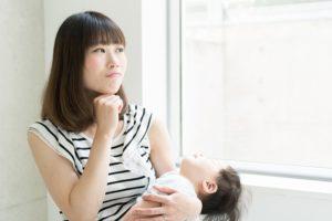 考えるママと眠った赤ちゃん