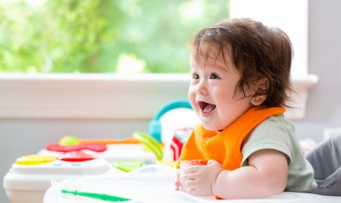 離乳食を喜ぶ赤ちゃん